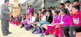 AYAVIRI: Alumnos y docentes toman Plaza de Armas de Ayaviri pidiendo infraestructura