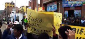 PUNO: POBLADORES DESPIDEN CON TOMATAZOS A KUCZYNSKI