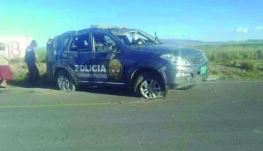 Despiste y vuelco de camioneta policial deja efectivo muerto