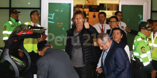 Ricardo Gareca llegó al Perú y agradeció la presencia de los hinchas